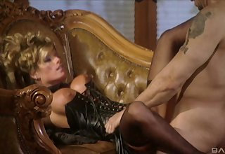 Provocative wife Kristal Summers spreads her legs to be drilled