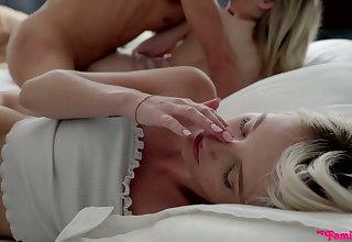 Ardent emotional Kate Bloom gets her tight pussy stretched during morning FFM