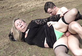 Mature woman fucking in the outdoors development the camera for money