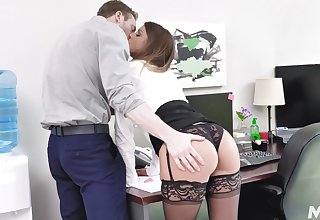 Secretary gets laid with the precedent-setting guy then swallows his jizz